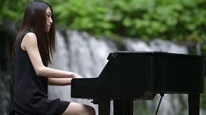 「鍵盤の上で全部バンドをやる」ピアノを武器に戦う、日食なつこの魅力